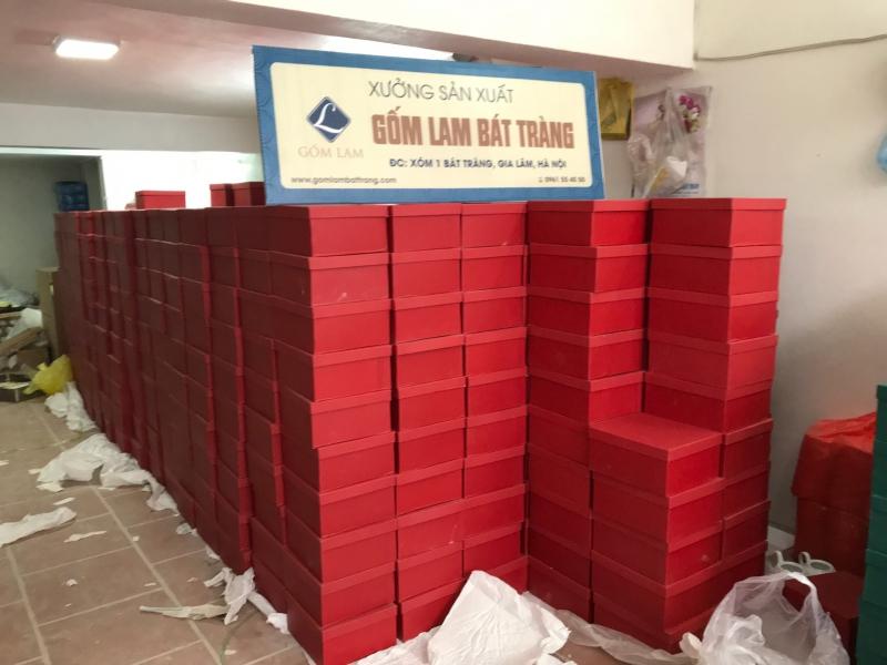 Giao hàng đợt một 1000 bộ ấm chén - Hợp đồng 2000 bộ ấm chén quà tặng doanh nghiệp in logo